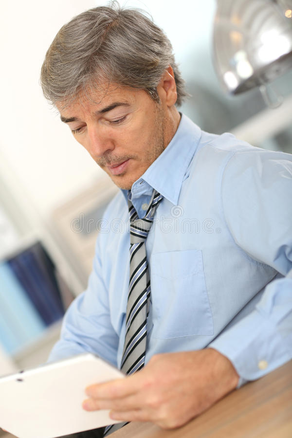 Älterer Geschäftsmann mit Tablette lizenzfreies stockfoto