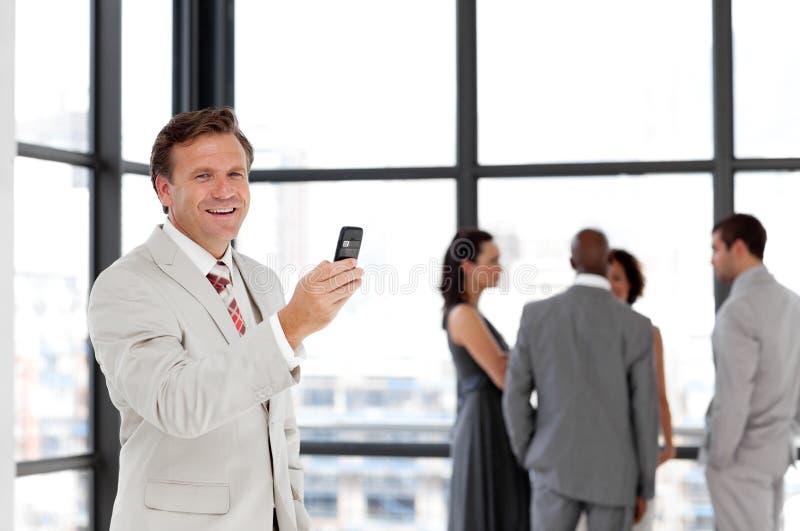 Älterer Geschäftsmann am Telefon lizenzfreie stockfotos