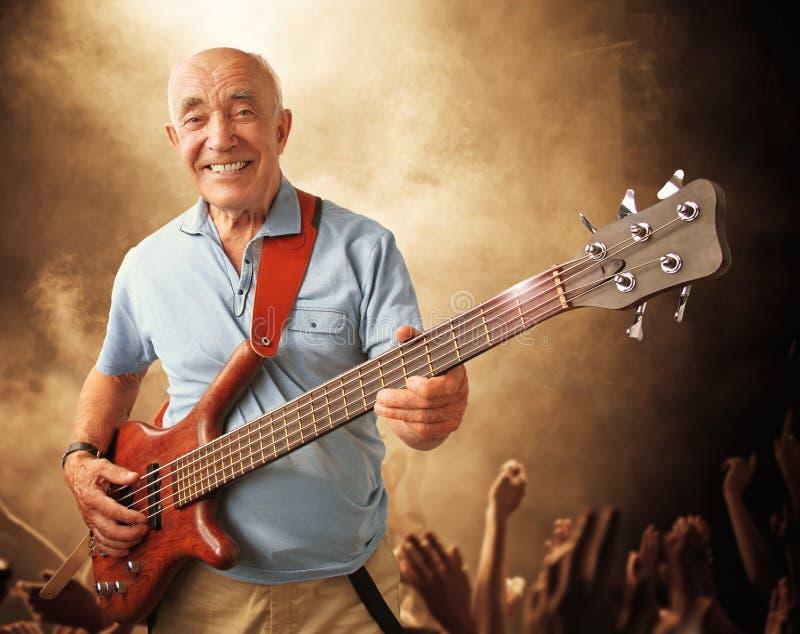 Älterer Gitarrenmann lizenzfreies stockfoto
