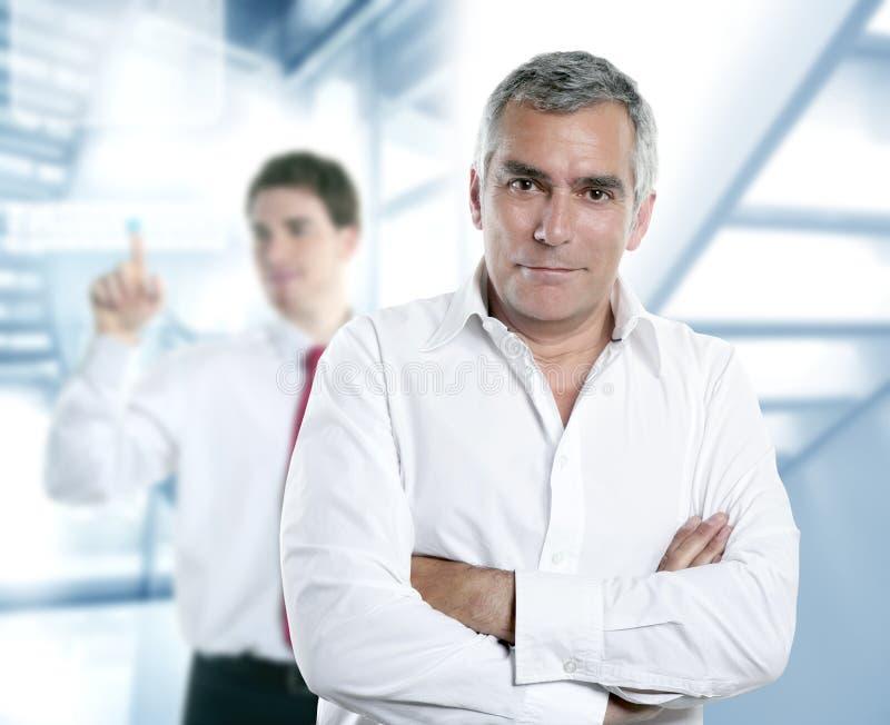 Älterer grauer Haarmanager im Hightech- Büro lizenzfreies stockbild