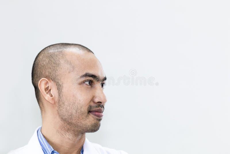 Älterer hübscher Forscher, der an Traum denkt Doktor in der weißen Reihe lizenzfreie stockbilder