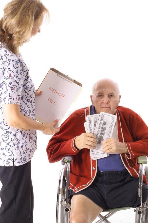 Älterer Handikapälterer, der medizinischen Wechsel einlöst lizenzfreie stockfotografie