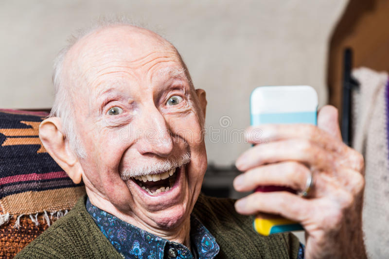 Älterer Herr, der Selfie nimmt stockfotos