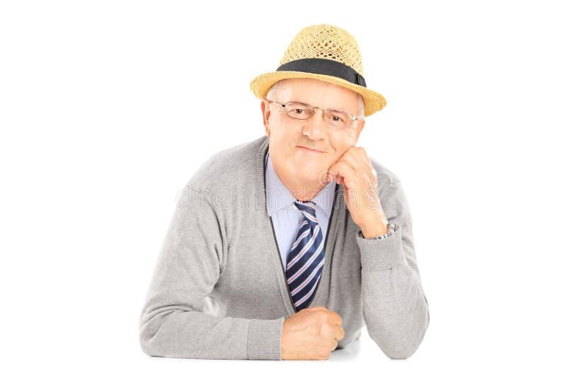 Älterer Herr mit dem Hut, der Kamera betrachtet stockfotos