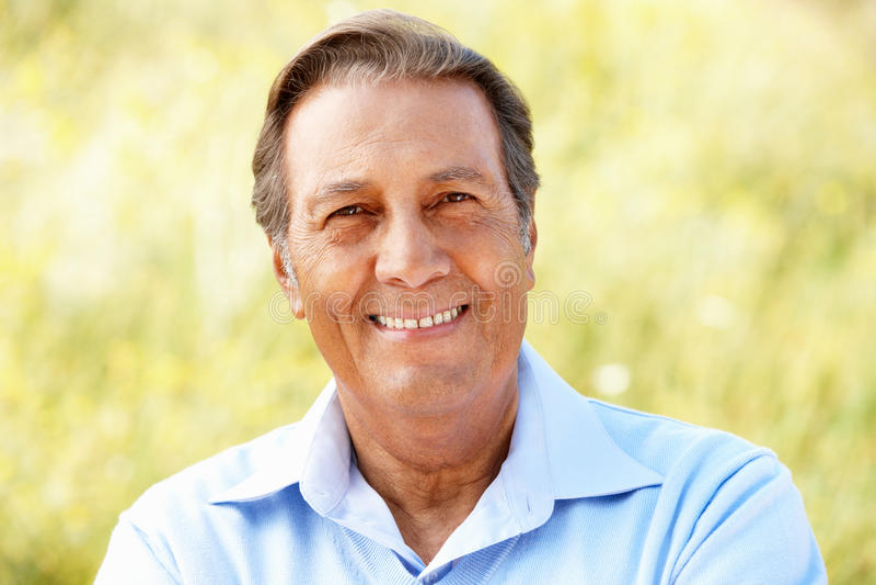 Älterer hispanischer Mann des Portraits draußen stockfoto