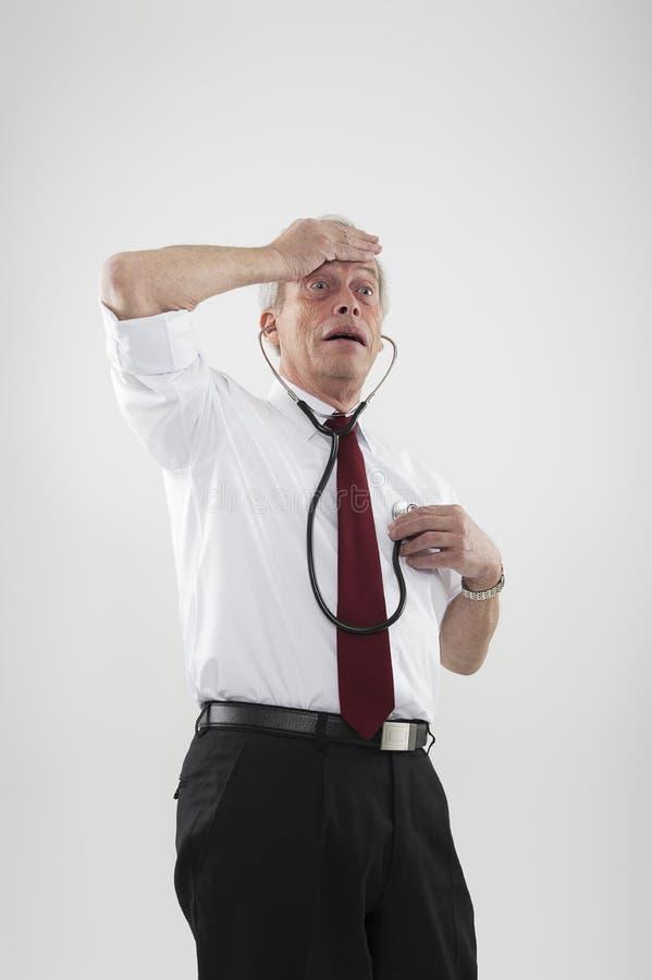 Älterer Hypochonder gesorgt durch seine Gesundheit stockfotografie