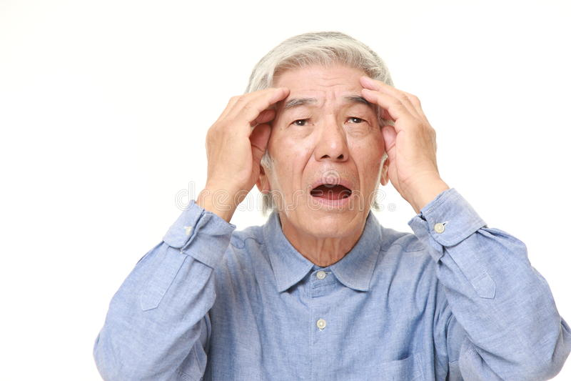 Älterer japanischer Mann hat sein Gedächtnis verloren lizenzfreie stockbilder