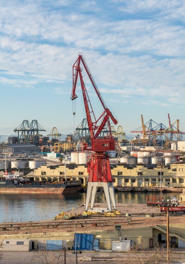 Älterer Kran auf Dockside in Valencia-Hafen stockbild