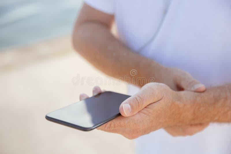 Älterer Mann als Läufer mit Armbinde oder Eignungsverfolger am Flussufer stockfotos