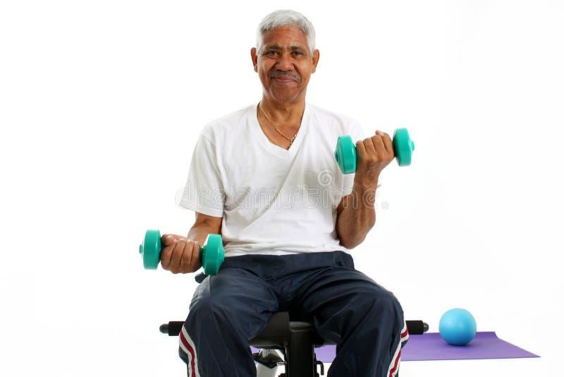 Älterer Mann-anhebende Gewichte lizenzfreie stockfotografie