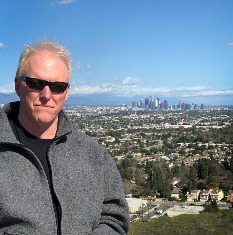 Älterer Mann auf der Spitze von Los Angeles überblicken stockbilder