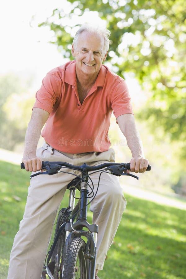 Älterer Mann auf Schleifefahrt stockbild