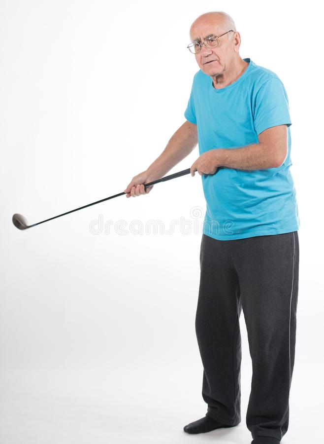 Älterer Mann auf weißem Hintergrund spielt Golf stockfoto
