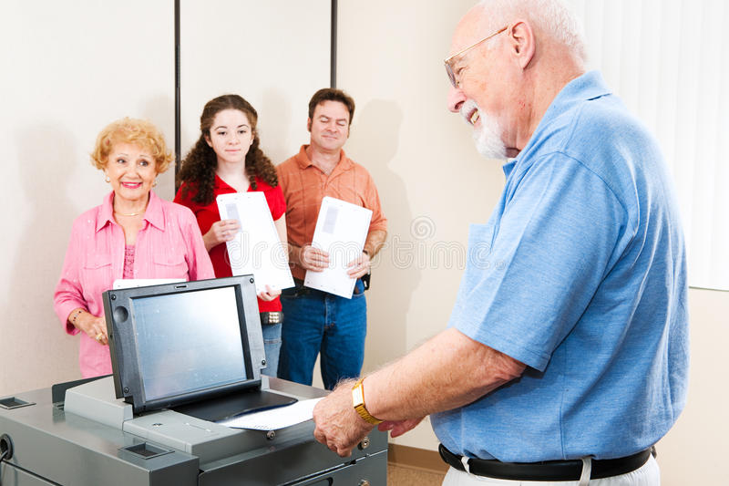 Älterer Mann-Casting-Stimmzettel lizenzfreie stockfotos