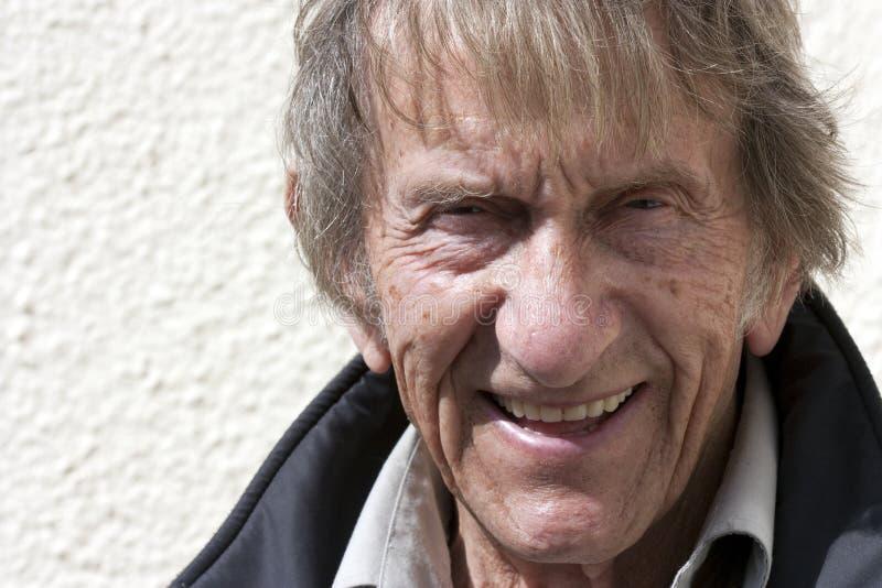 Älterer Mann in den achtziger Jahren stockfotos