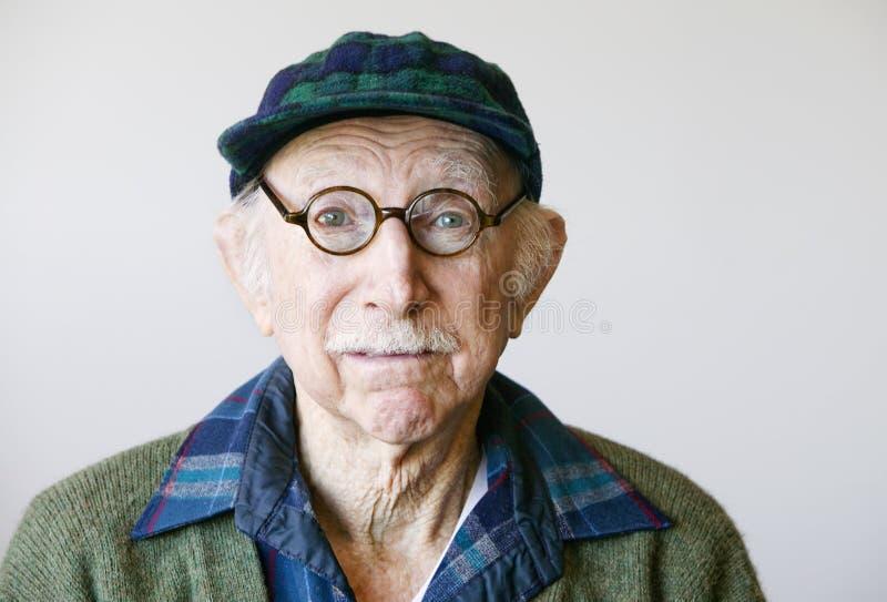 Älterer Mann in den Gläsern und in einer Strickjacke lizenzfreies stockfoto