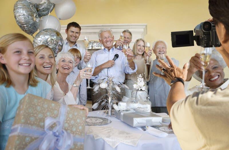 Älterer Mann, der Anfang des Ruhestandes mit Familie und Freunden feiert stockbilder