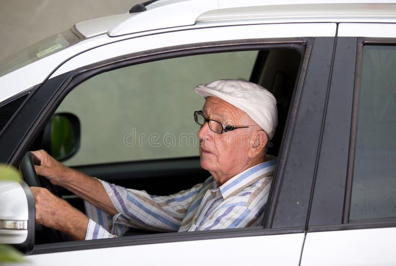 Älterer Mann, der Auto antreibt lizenzfreie stockfotografie