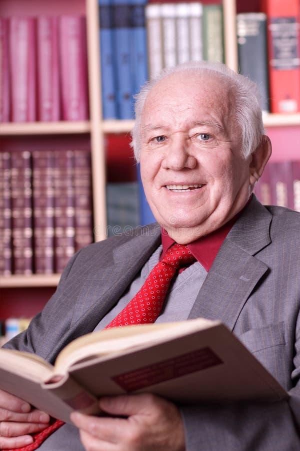 Älterer Mann in der Bibliothek lizenzfreies stockbild