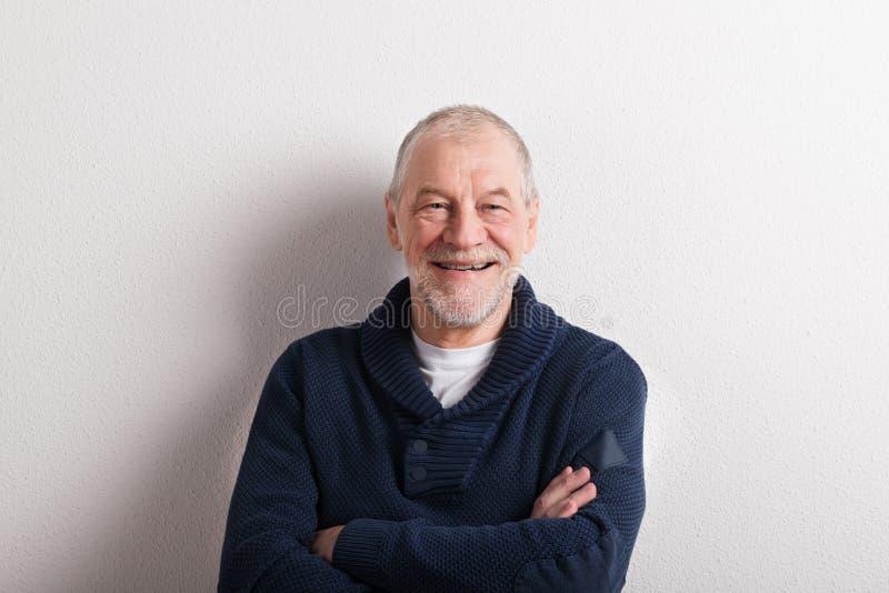 Älterer Mann in der blauen woolen Strickjacke, Atelieraufnahme stockfotografie
