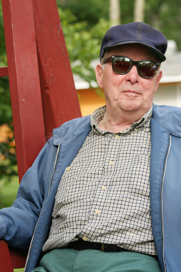 Älterer Mann, der draußen genießt stockbild