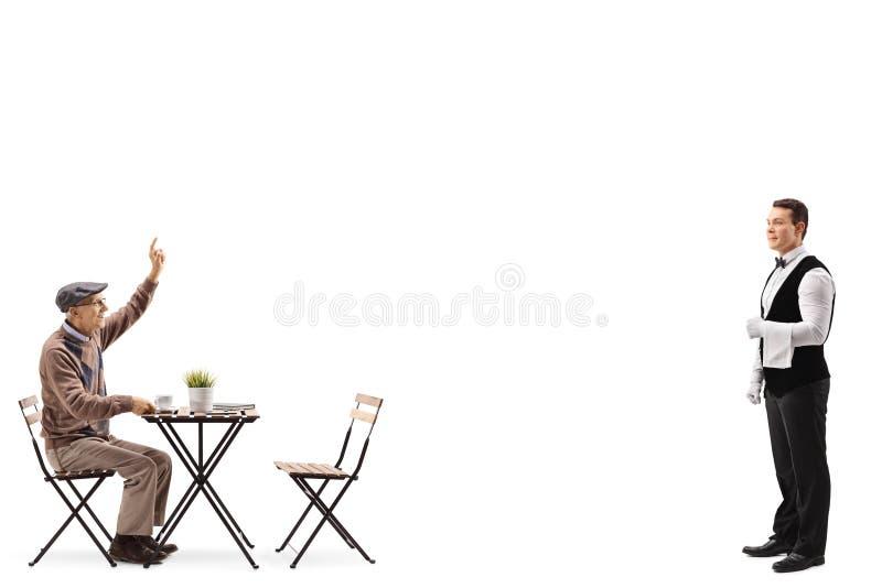 Älterer Mann, der an einem Couchtisch sitzt und gestikuliert, um einen Kellner anzurufen nahe steht stockfotos