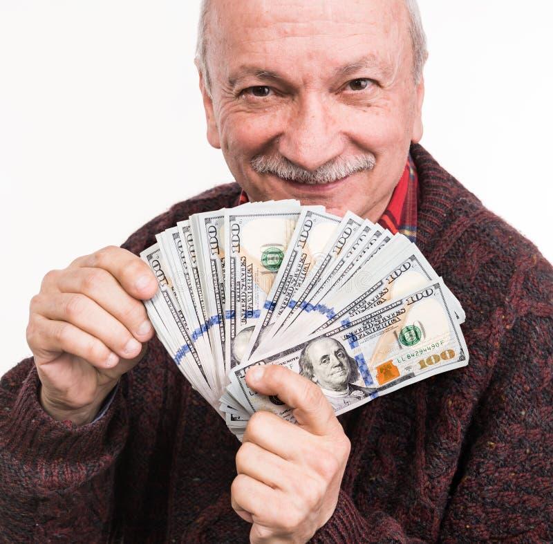 Älterer Mann, der einen Stapel Geld hält Porträt eines aufgeregten alten Geschäftsmannes lizenzfreies stockbild
