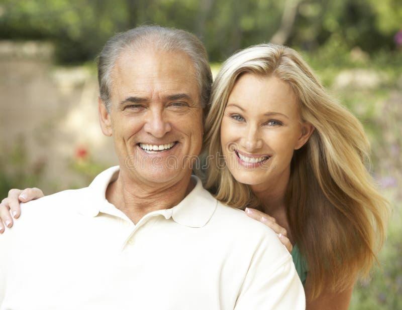 Älterer Mann, der erwachsene Tochter umarmt lizenzfreies stockfoto