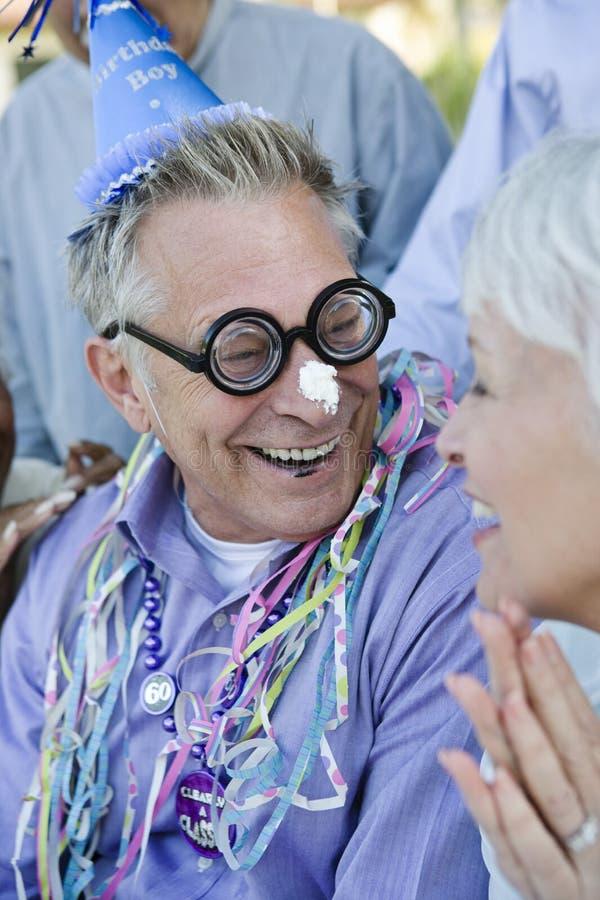 Älterer Mann, der Geburtstag feiert stockbild