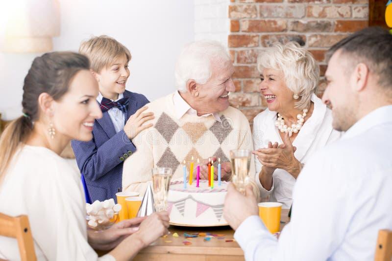Älterer Mann, der Geburtstag feiert stockfotos