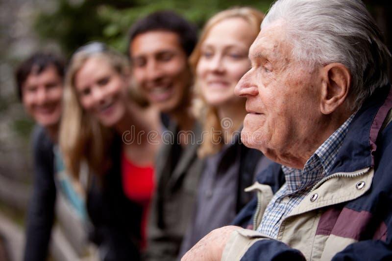 Älterer Mann, der Geschichten erklärt lizenzfreie stockbilder