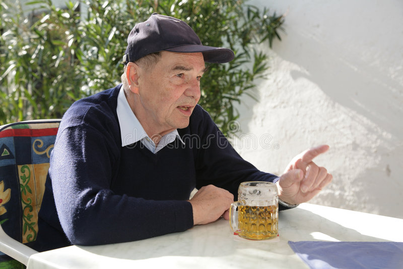 Älterer Mann, der Gespräch hat stockfotos