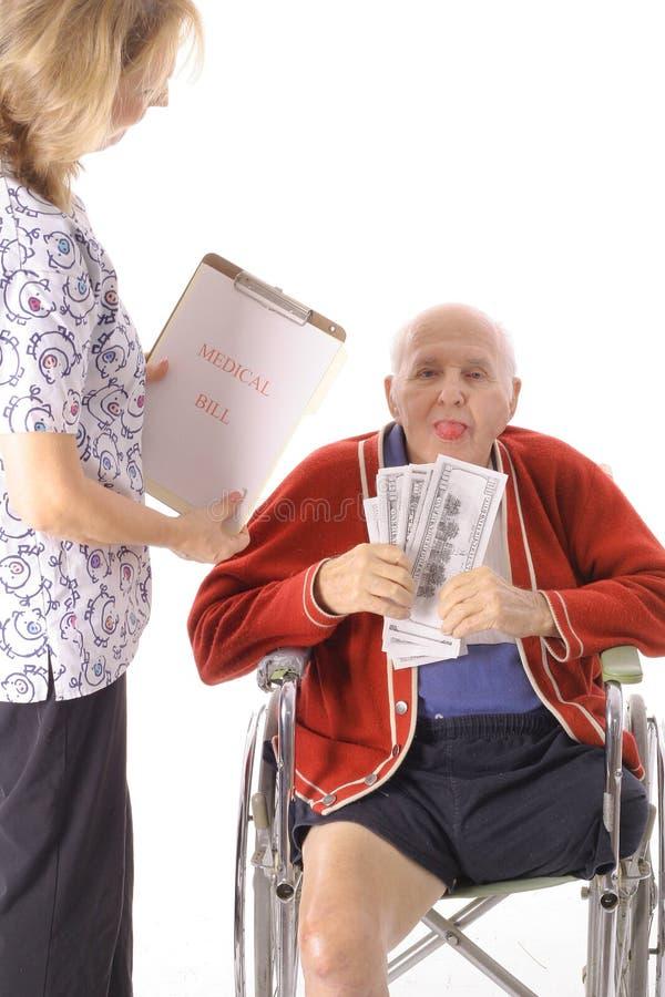 Älterer Mann, der Gesundheitspflegewechsel einlöst lizenzfreies stockbild