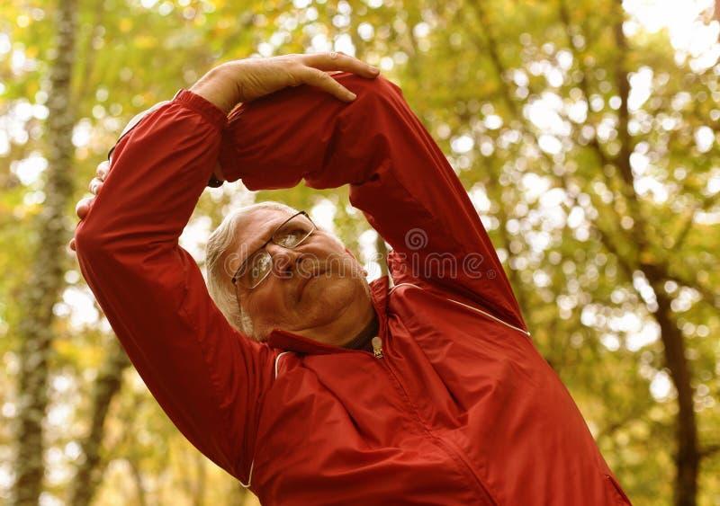 Älterer Mann, der im Park trainiert lizenzfreies stockbild