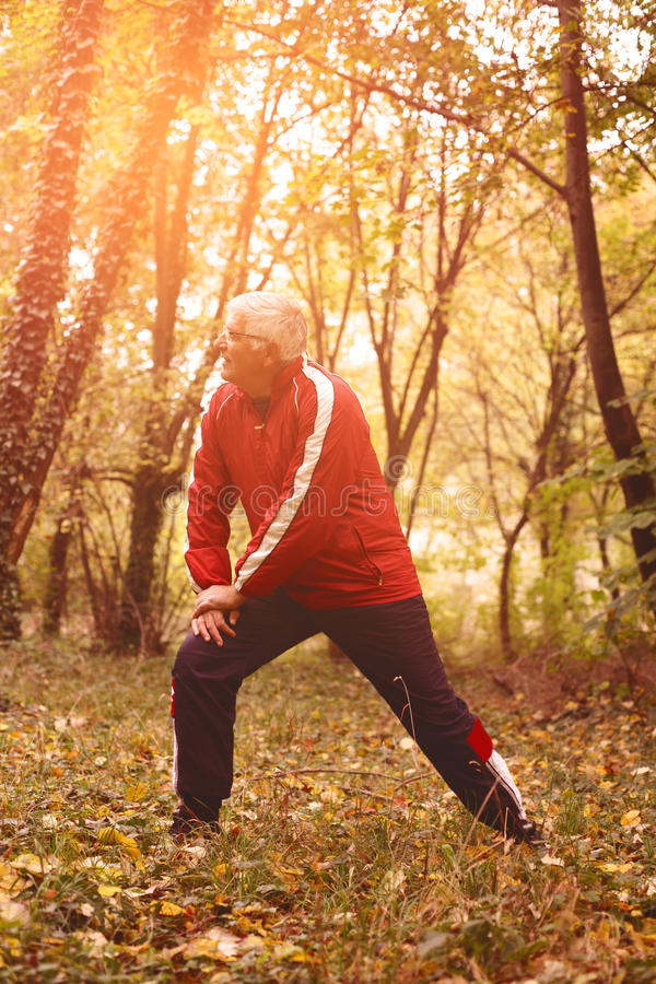 Älterer Mann, der im Park trainiert stockbilder