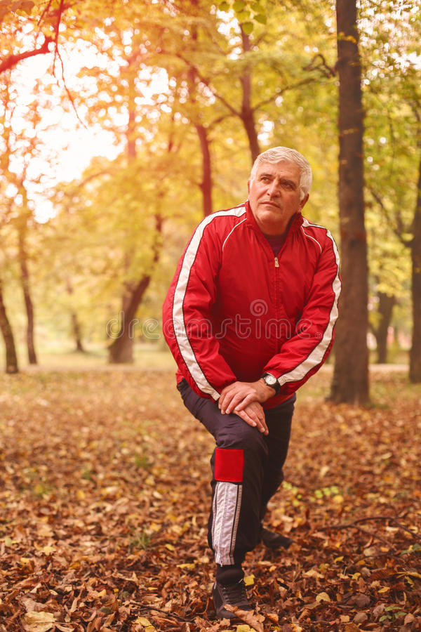 Älterer Mann, der im Park trainiert lizenzfreies stockfoto