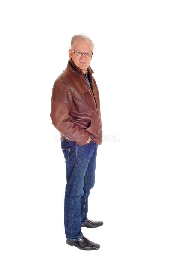 Älterer Mann, der im Profil steht stockfoto
