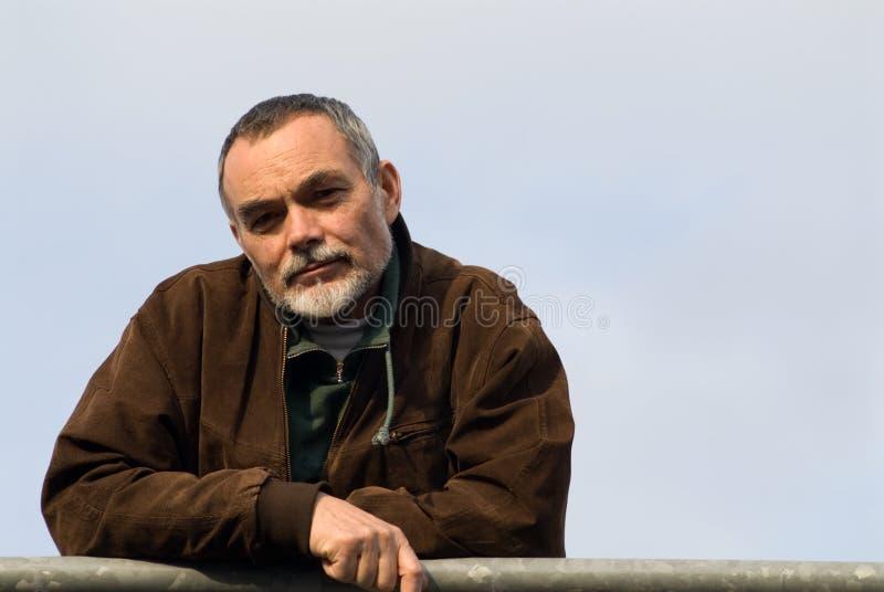 Älterer Mann in der Jacke stockfotografie