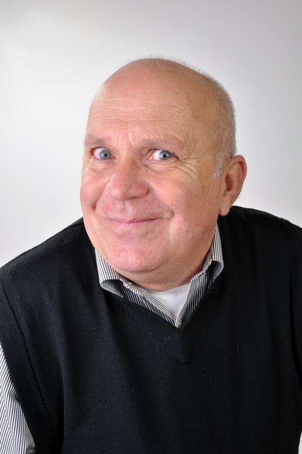 Älterer Mann, der lustige Gesichter bildet stockbild
