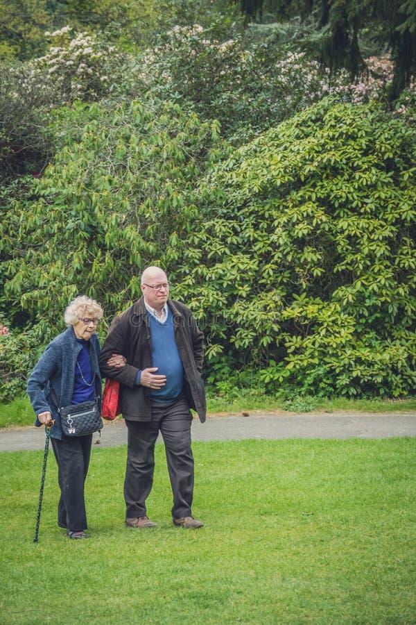 Älterer Mann, der mit Mutter geht lizenzfreie stockfotografie