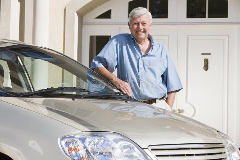 Älterer Mann, der nahe bei neuem Auto steht lizenzfreies stockfoto