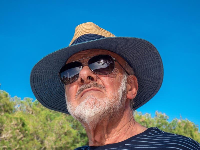 Älterer Mann, der Naturnahaufnahme betrachtet lizenzfreie stockfotos
