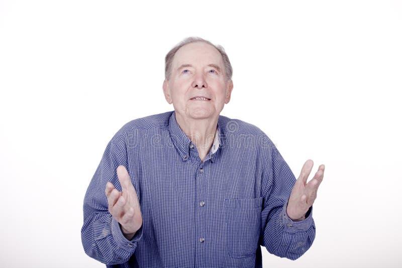 Älterer Mann, der oben mit erwartungsvollem Blick schaut lizenzfreies stockfoto