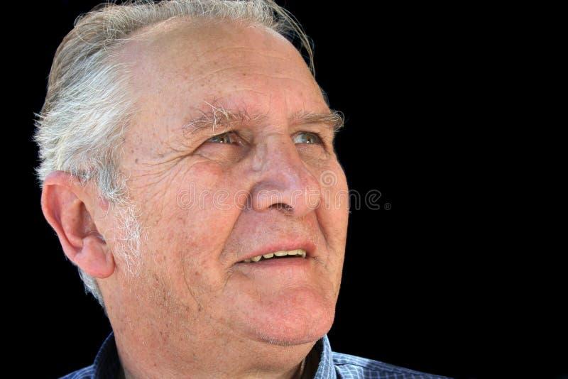 Älterer Mann, der oben schaut stockfoto