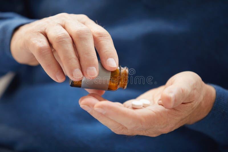 Älterer Mann, der Pillen-Nahaufnahme nimmt lizenzfreie stockfotografie