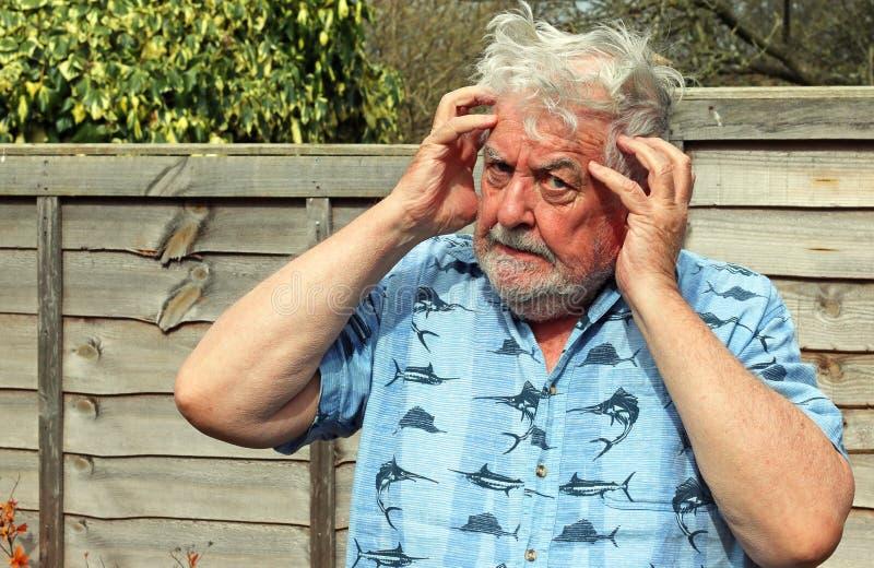 Älterer Mann, der sein Temperament löst stockfotografie
