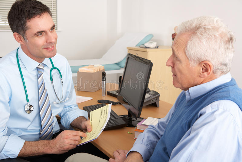 Älterer Mann, der seine Gesundheit mit britischem GP behandelt stockfoto