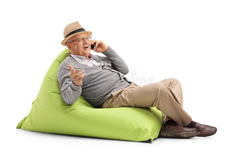 Älterer Mann, der an seinem Handy spricht stockfoto