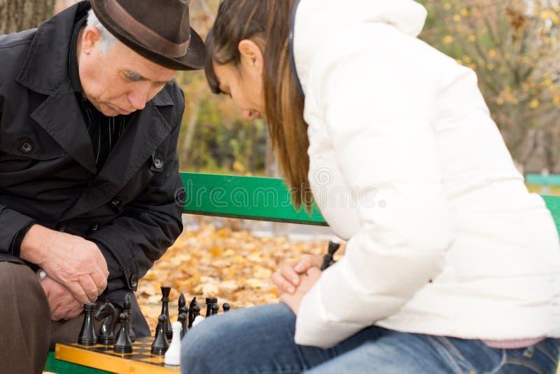 Älterer Mann, der seinen folgenden Schachzug plant stockfoto