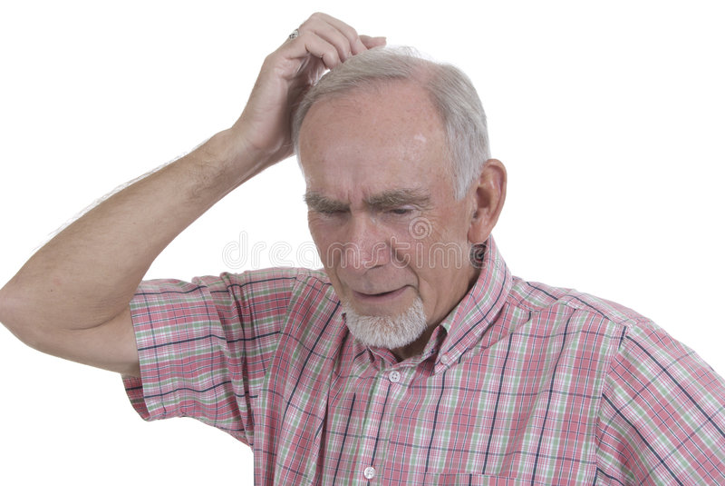 Älterer Mann, der seinen Kopf löscht lizenzfreie stockfotografie